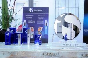 Imagen de algunos de los productos de la línea iS CLINICAL